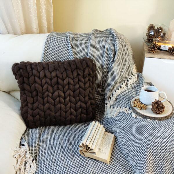 Pletený polštář z ovčí vlny, čokoláda